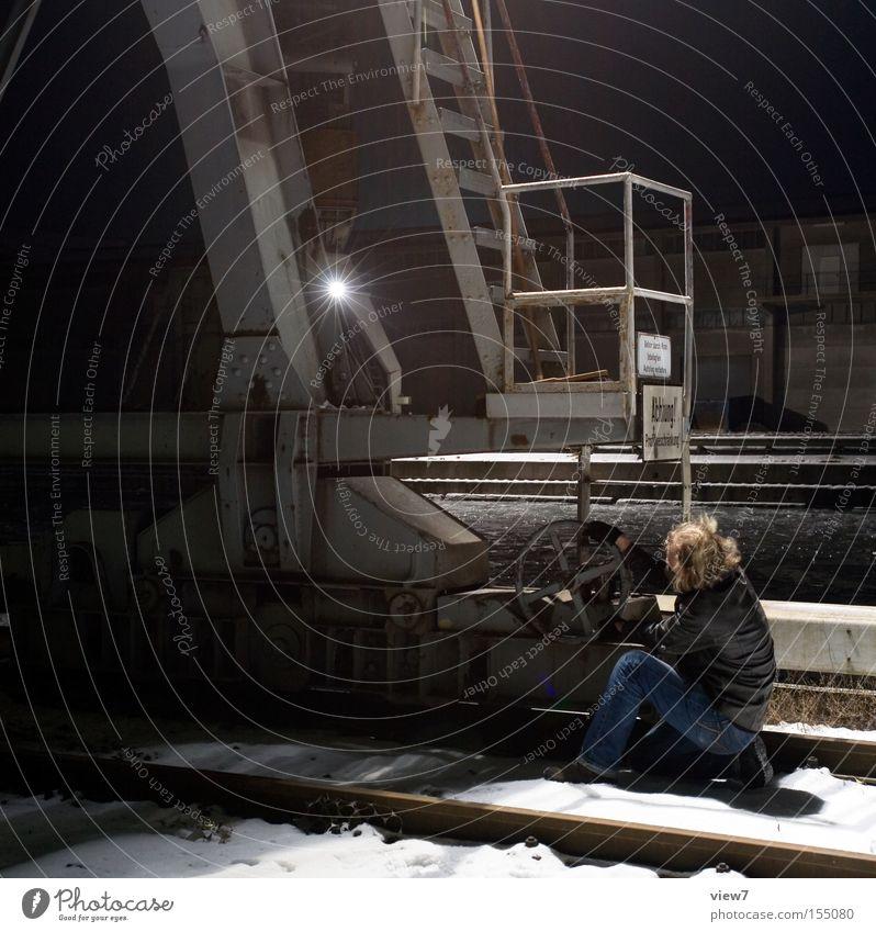 Am Rad drehen. Kran Hafen Leiter Mann Arbeiter Aktion festhalten Nacht Anpassung einstellen Gerät Maschine Mensch Industrie