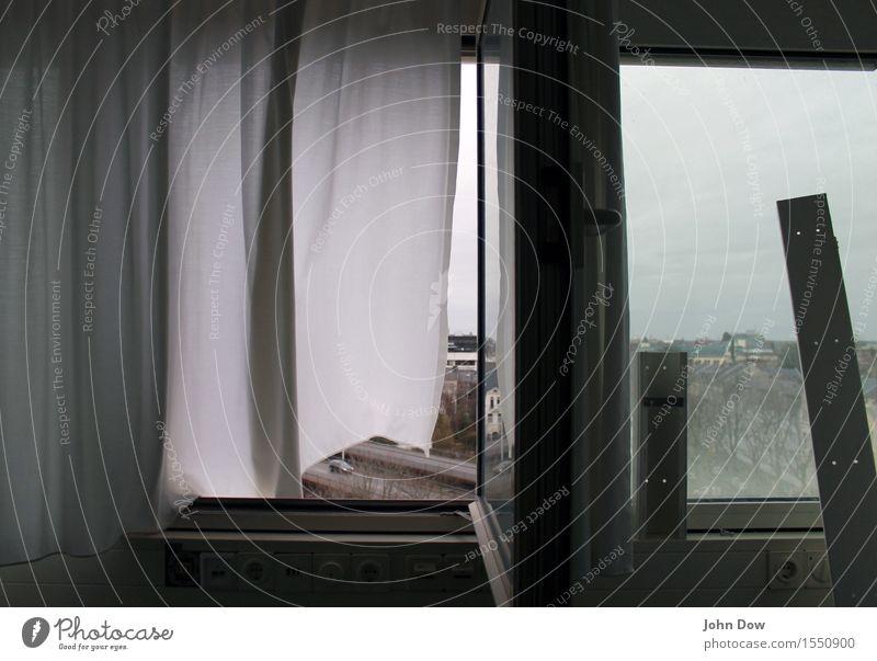Luftstoß Haus Hochhaus Fenster Verkehr Fahrzeug PKW Bewegung Stadt grau weiß Windböe Vorhang Gardine wehen Renovieren Umbauen Umbruchsstimmung