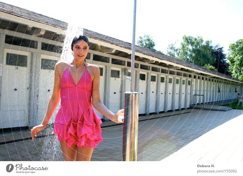 miss pinki rosa Frau Wasser Dusche (Installation) Stranddusche Sommer Kleid Regen nass Freude Unter der Dusche (Aktivität)