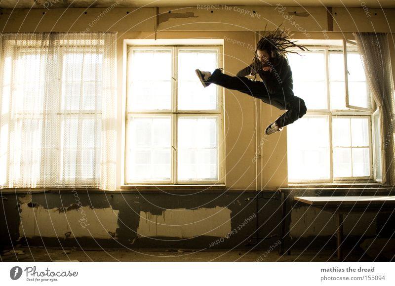 KUNG FU FIGHTING Fenster springen Raum fliegen hoch gefährlich Luftverkehr Aktion bedrohlich verfallen Spannung kämpfen Kampfkunst Kampfsport treten Angriff