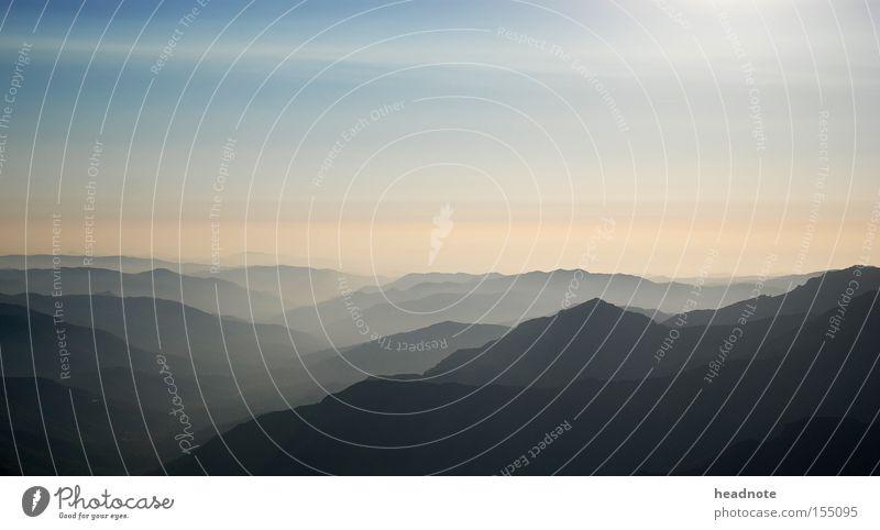 Ausblick Himmel Nebel Dunst Berge u. Gebirge Wolken Wald Sonne Aussicht Ferien & Urlaub & Reisen Reisefotografie Hügel Schatten Licht unterwegs Heimat Fernweh