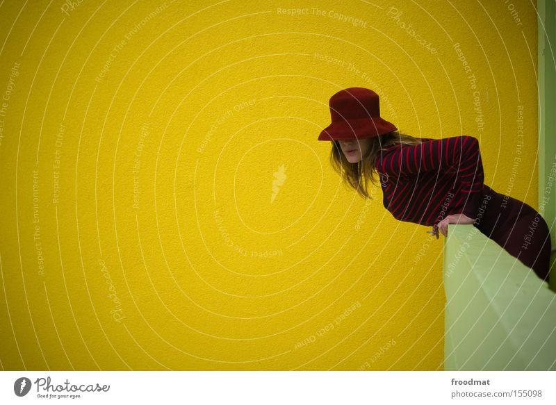 aus dem fenster gelehnt Frau schön Farbe Wand Stil modern Coolness retro Körperhaltung Hut Balkon Langeweile DDR Nostalgie