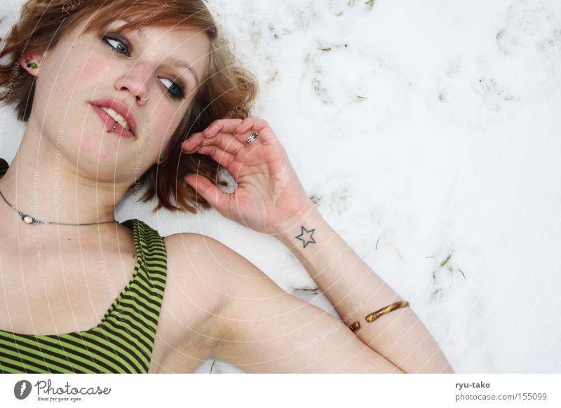 Untouchable Frau Winter Schnee liegen kalt weiß Tattoo Erholung frieren Kleid grün Stern (Symbol)