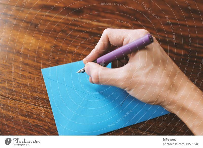 absender nicht vergessen Holz dünn Brief schreiben Hand Handschrift Absender Post Postkarte Tisch Liebesbrief blau Füllfederhalter Schreibstift Kommunizieren