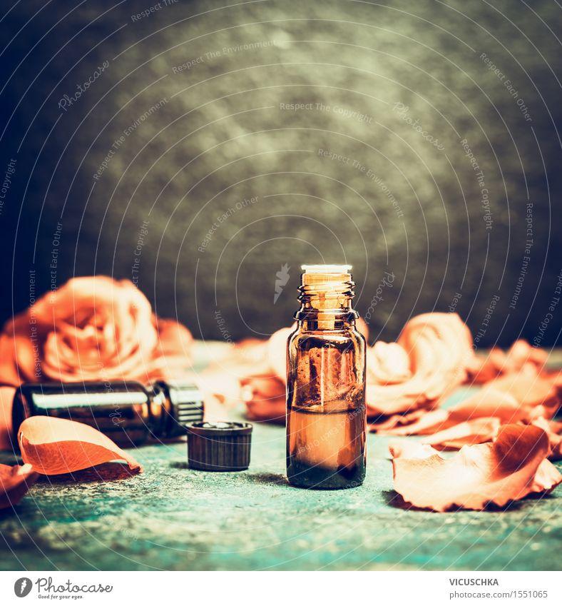 Ätherisches Öl in der Flasche mit Rosenblättern Design Alternativmedizin Wellness Wohlgefühl Sinnesorgane Erholung Meditation Duft Kur Spa Massage Tisch Natur
