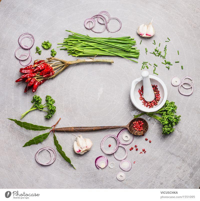 Mörser und Stößel, Kochlöffel und verschiedene grüne Gewürze Lebensmittel Kräuter & Gewürze Ernährung Löffel Design Gesunde Ernährung Tisch Küche Restaurant