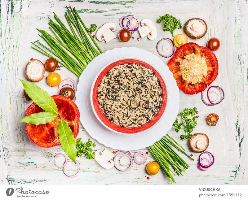 Wilde Reis mit frisches Gemüse und Zutaten Lebensmittel Salat Salatbeilage Getreide Ernährung Mittagessen Abendessen Bioprodukte Vegetarische Ernährung Diät