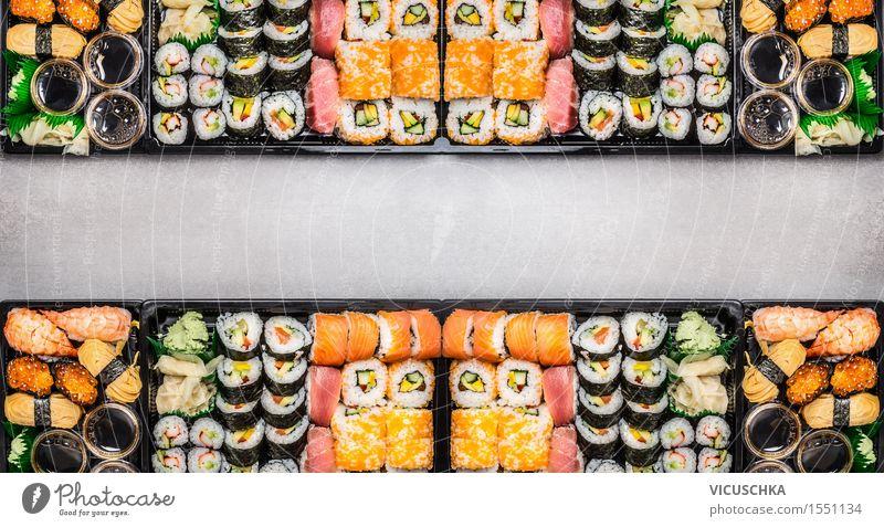 Sushi Sortiment in plastik Boxen Lebensmittel Fisch Ernährung Mittagessen Festessen Asiatische Küche Stil Design Tisch Veranstaltung Restaurant Essen Saucen