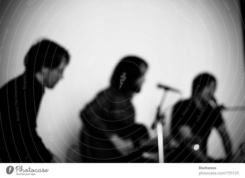Wir lassen uns frei. Konzert akustisch Gitarre Gitarrenspieler Schwarzweißfoto ruhig Musik Musik Melodie Töne Jam Session Band Musiker Harmonie