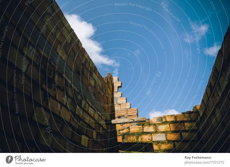 blauer Himmel Wolken Sommer Schönes Wetter Stadtrand Menschenleer Haus Hütte Ruine Mauer Wand Fassade Dach Stein Verzweiflung anstrengen Armut Einsamkeit Ende