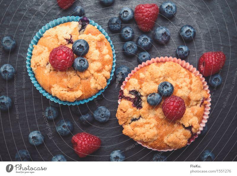 Beeren-Muffins Lebensmittel Frucht Teigwaren Backwaren Kuchen Dessert Ernährung Kaffeetrinken Fingerfood lecker süß blau gelb rot Blaubeeren Himbeeren Schiefer