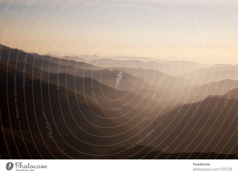 Ausblick nr.2 Himmel Nebel Dunst Berge u. Gebirge Wolken Wald Aussicht Ferien & Urlaub & Reisen Reisefotografie Hügel Schatten Licht unterwegs Heimat Fernweh