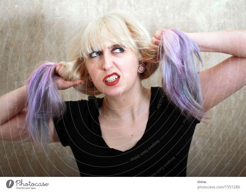 Lilly feminin 1 Mensch Mauer Wand T-Shirt Haare & Frisuren blond langhaarig Pony Zopf Punk beobachten Blick frech rebellisch schön Wut selbstbewußt