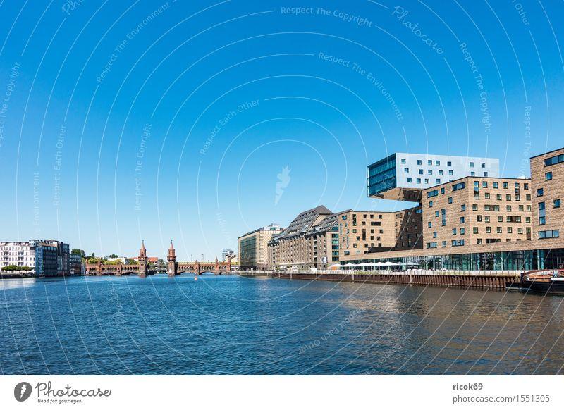 Blick über die Spree auf Berlin Ferien & Urlaub & Reisen Stadt blau Haus Architektur Gebäude Tourismus Fluss Bauwerk Wolkenloser Himmel Hauptstadt