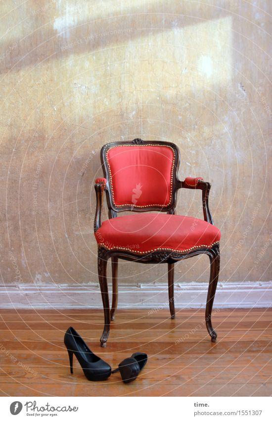 Nebenrollen Stadt Erotik Einsamkeit Wand Innenarchitektur Mauer träumen Raum liegen Häusliches Leben elegant ästhetisch Schuhe stehen geheimnisvoll Stuhl