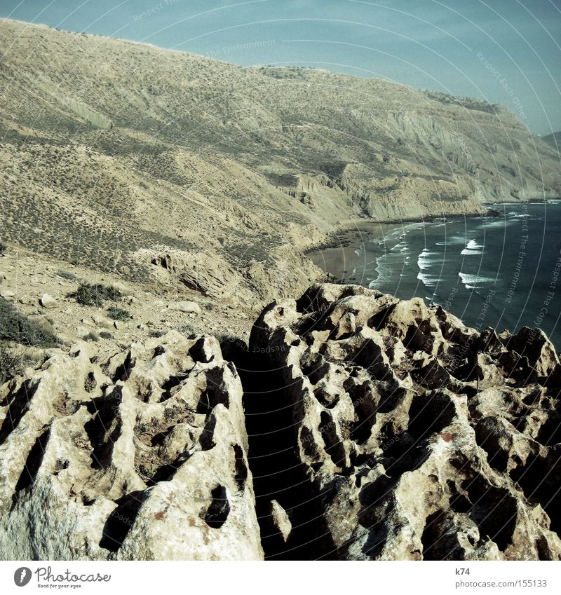 Imsouane Meer Strand Berge u. Gebirge Stein Wellen Küste Felsen leer Afrika wild Bucht trocken Brandung Dürre Atlantik