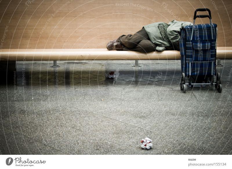 Banker Mensch Mann Einsamkeit Erwachsene Senior Traurigkeit Zeit liegen maskulin Armut warten schlafen Bank Verzweiflung Bahnhof Koffer