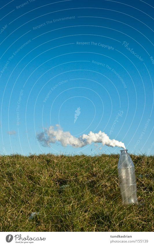 Rauchzeichen Himmel blau grün Wiese Rauch Flasche Abgas Verpackung Emission