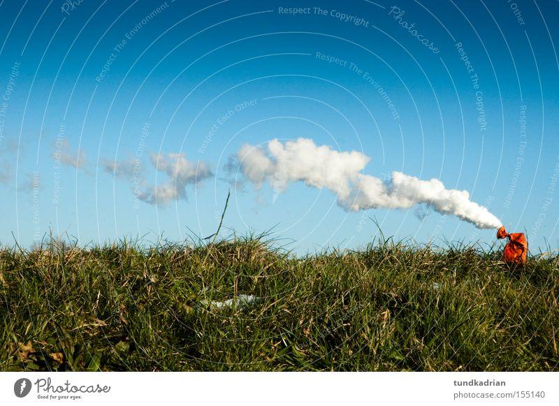 Die Luft ist raus Himmel blau grün Wiese Luftballon Emission Rauch Umweltverschmutzung Abgas