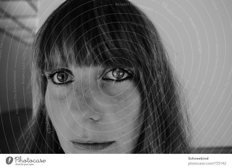 Kannst du es sehen? Porträt Frau Pony Reflexion & Spiegelung Auge Schwarzweißfoto erstarren Erwartung Haare & Frisuren Sommersprossen grün Konzentration schön