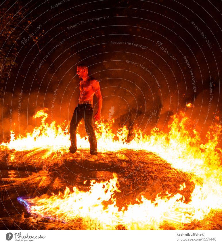 Gettin' Hot maskulin Junger Mann Jugendliche Körper Haut Bauch muskulös 1 Mensch 18-30 Jahre Erwachsene Show Feuer Wasser schlechtes Wetter Wärme Schotterweg