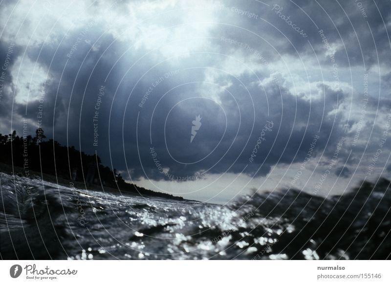 Die Welle Wellen Ostsee Meer Wasser Strand Salz tauchen Wolkenformation Regen Sommer Europa Wellenkamm. Polen