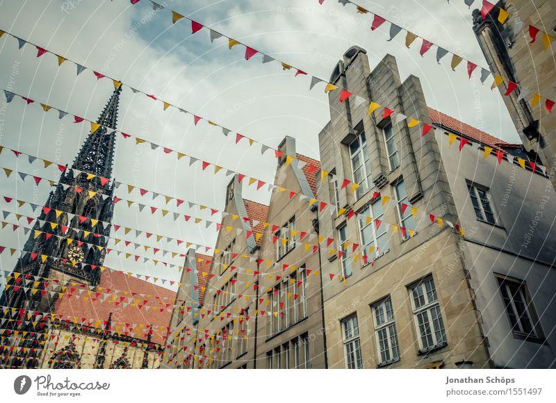 Münster II Stadt Stadtzentrum Altstadt Fußgängerzone Skyline bevölkert Haus Gebäude Architektur Fassade Dach Fröhlichkeit Begeisterung Leben Fahne Deutschland