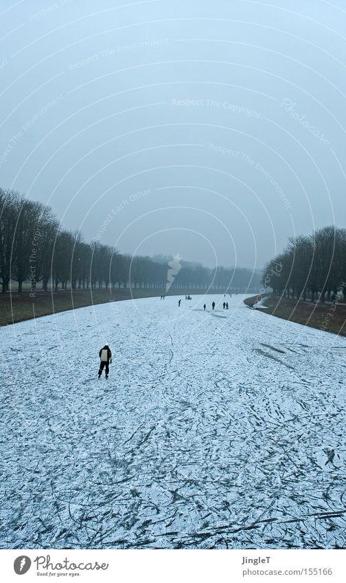 Fluchtgedanken blau Winter Schnee Freiheit Eis Nebel Allee Abwasserkanal schlechtes Wetter Schlittschuhe