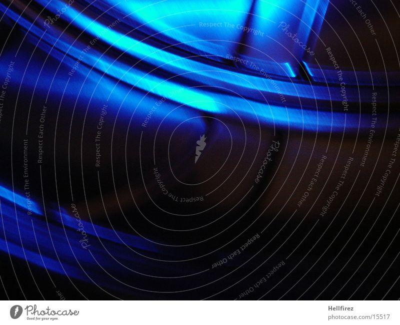 In Motion Stahl Aluminium Silhouette Fototechnik Profil Lochblenden blaues Licht Bewegung