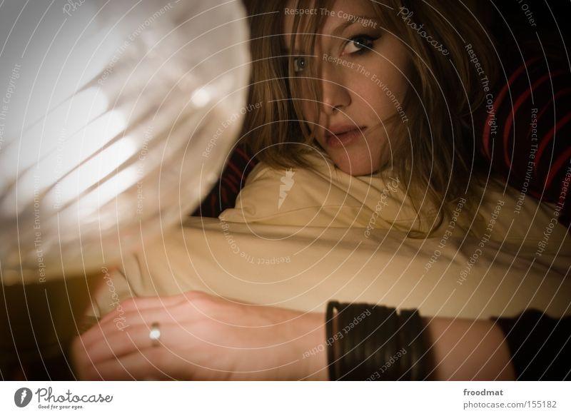 Leuchtendes Beispiel Frau Hand schön Gesicht Denken Lampe liegen retro Bett Ring Schlafzimmer Verlobung