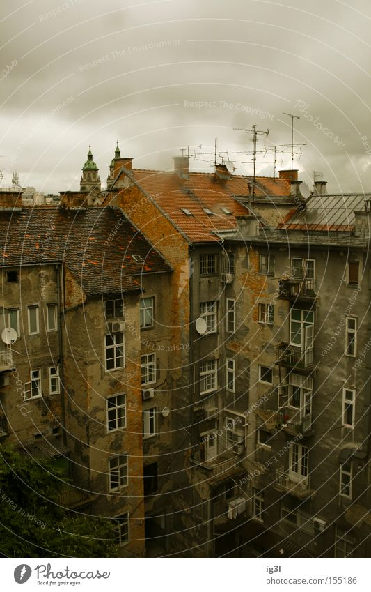Zagreb reverse Haus Regen Kunst Europa Kultur Balkon Hinterhof Lebensraum Arbeitslosengeld