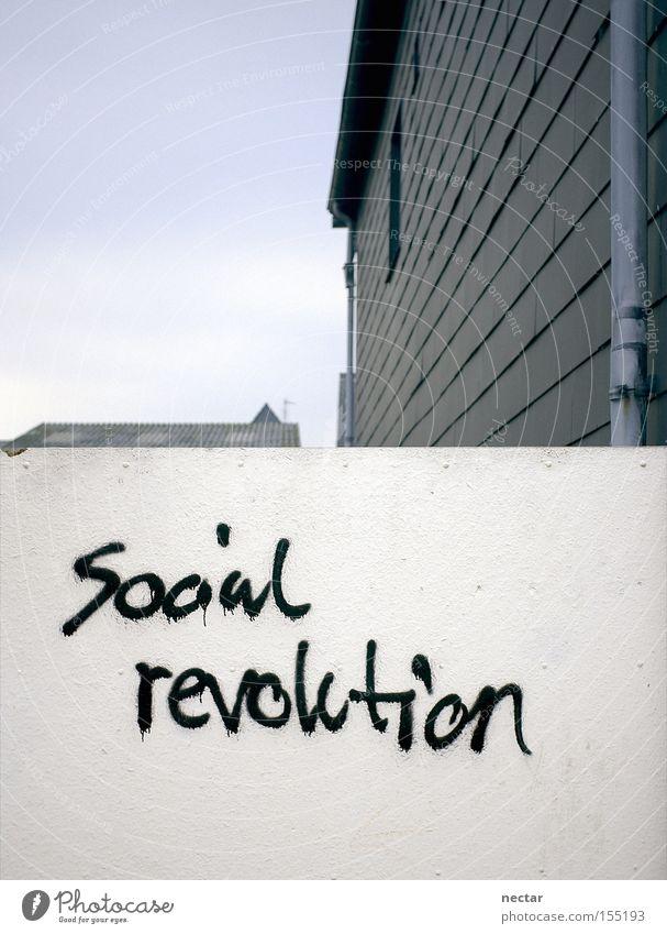 TownShip Mauer Haus Stadt Häusliches Leben Wiedervereinigung Revolution Graffiti protestieren Wut Dach Wand grau sozial weiß Buchstaben Schriftzeichen