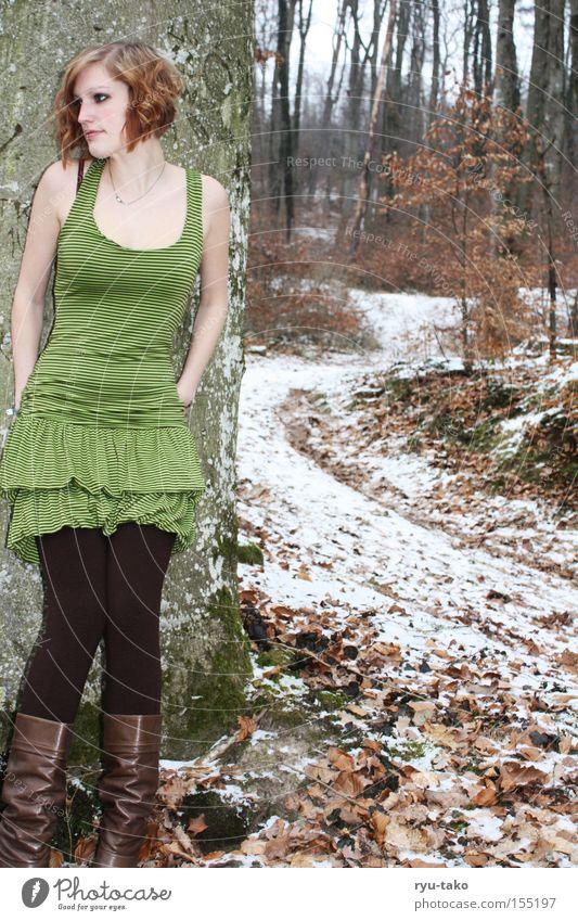 Die mit dem grünen Kleid Frau Baum grün Winter Blatt Wald kalt Schnee Wege & Pfade Denken warten Schuhe Stiefel Fee anlehnen Elfe