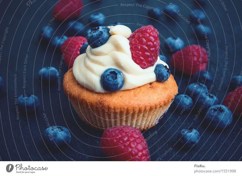 kleines Törtchen Lebensmittel Milcherzeugnisse Frucht Teigwaren Backwaren Kuchen Dessert Ernährung Kaffeetrinken Vegetarische Ernährung schön lecker süß blau