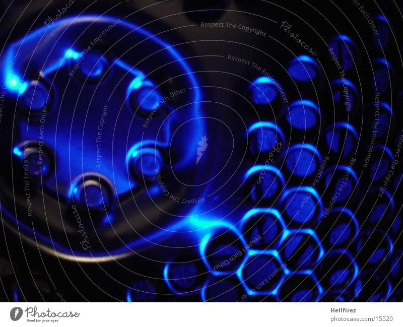 Bizarre Formen Stahl Aluminium Silhouette Beleuchtung Fototechnik Profil Lochblenden blaues Licht