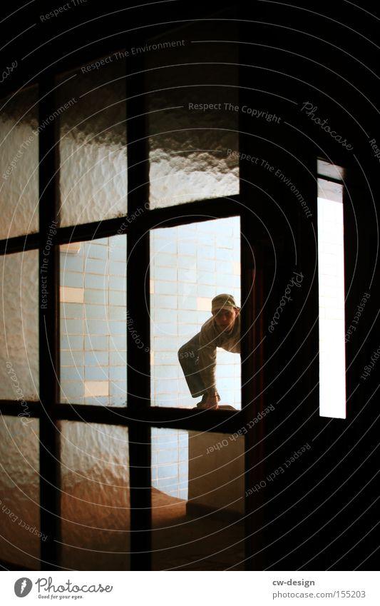 IMMER AUF'N SPRUNG Mensch Mann alt Einsamkeit Fenster Tür Freizeit & Hobby Glas Körperhaltung Klettern verfallen Fliesen u. Kacheln Treppenhaus Fensterscheibe Scheibe Artist