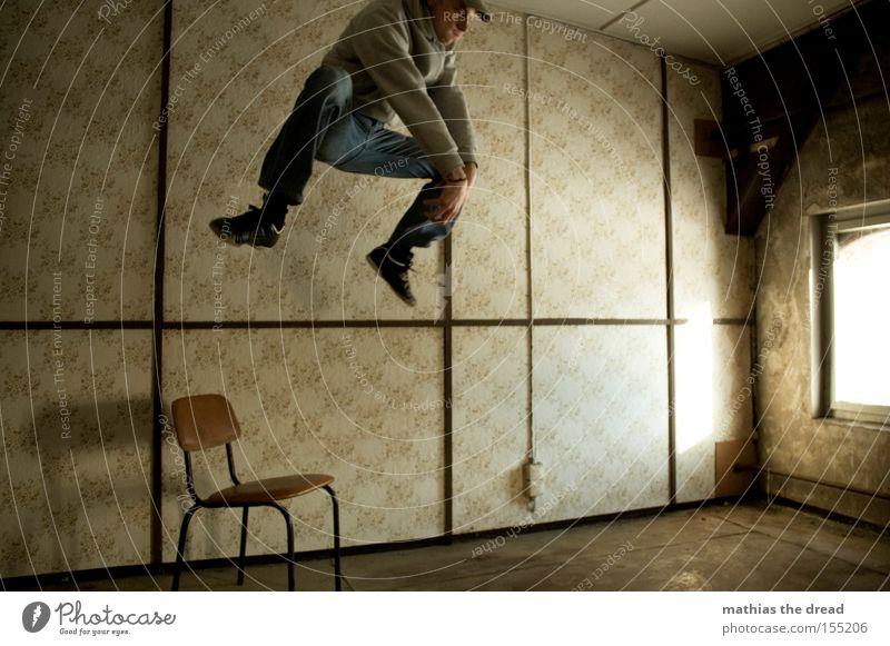 HÄSCHEN HÜPF Mann Fenster springen Linie Raum fliegen hoch verrückt Luftverkehr gefährlich Aktion bedrohlich Stuhl verfallen Tapete skurril