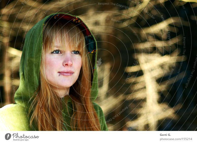 ein Mädchen steht im Walde Frau Natur Winter Gesicht Porträt Bekleidung Mensch Erwartung langhaarig Kapuze Tracht Samt