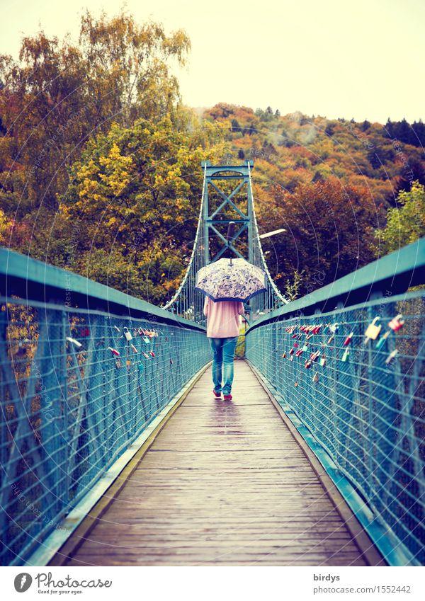 Brückenbekenntnisse feminin Frau Erwachsene 1 Mensch 18-30 Jahre Jugendliche 30-45 Jahre Himmel schlechtes Wetter Regen Park Wald Hängebrücke Fußgängerbrücke