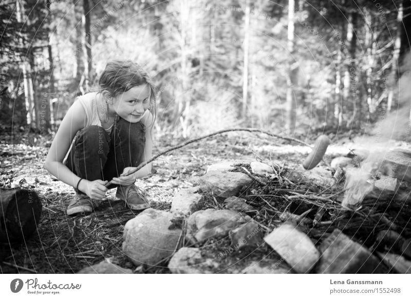 Mädchen grillt sich über einem Lagerfeuer ein Würstchen Mensch Kind Natur Sommer Baum Wald Frühling Wiese feminin Holz Lebensmittel Stein Erde Kindheit