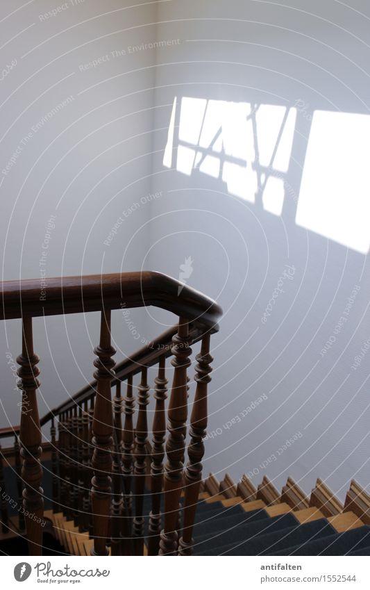 aufwärts oder abwärts Stadtzentrum Haus Mehrfamilienhaus Büro Mauer Wand Treppe Treppengeländer Treppenhaus Teppich Treppenabsatz Treppenpfosten gehen natürlich