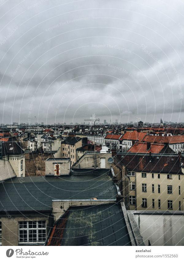 Über den Dächern von Berlin Neukölln Klunkerkranich Wolken Gewitterwolken Deutschland Stadt Hauptstadt Stadtzentrum Stadtrand Altstadt Skyline Haus Architektur