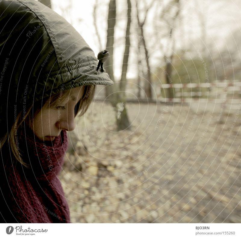 118260000mal Systole/Diastole Frau Baum Gesicht Blatt Herbst Denken Mütze Gedanke Schal verträumt Bildausschnitt herbstlich