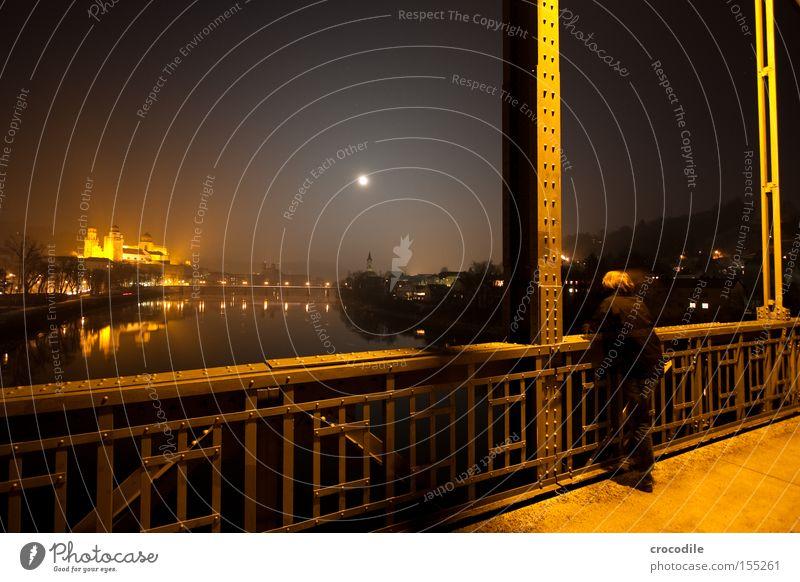 einsamer beobachter Mann schön Einsamkeit Straße dunkel orange Brücke Fluss Aussicht Stahl Mond Dom Inn Passau