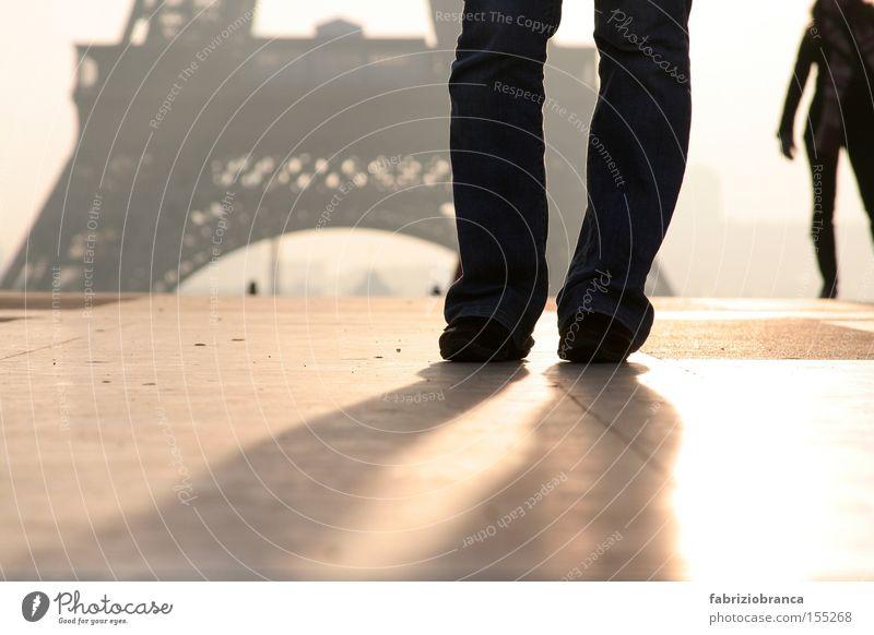 Paris Mensch Frau Erwachsene Nebel Tour d'Eiffel gold schwarz silber Bodenbelag Gedeckte Farben Außenaufnahme Textfreiraum unten Morgen Licht Schatten
