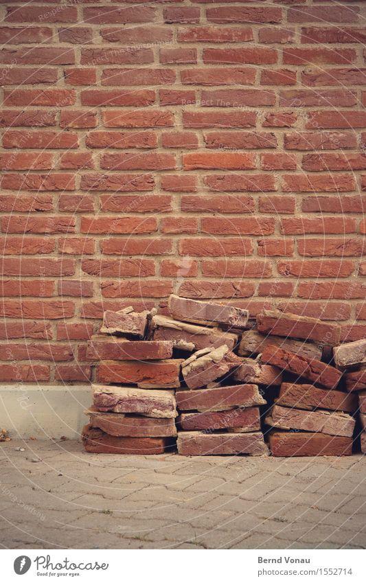 baustelle Haus Mauer Wand Fassade grau rot Backstein Demontage Pflastersteine Stapel Bauarbeiter Baustelle kaputt Bauschutt ziegelrot Zement Farbfoto
