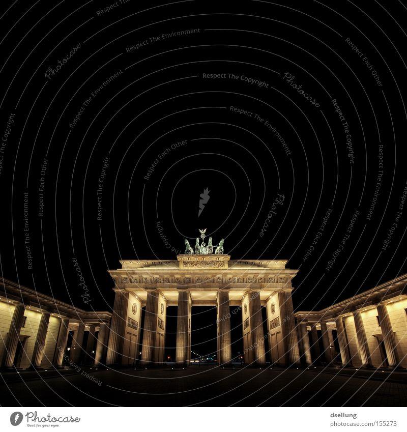 Brandenburger Tor bei Nacht Farbfoto Außenaufnahme Menschenleer Textfreiraum oben Hintergrund neutral Kunstlicht Licht Schatten Kontrast Langzeitbelichtung