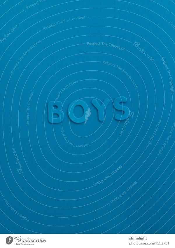 boys Junge Junger Mann Jugendliche Schriftzeichen blau Freundschaft Farbfoto Textfreiraum oben Textfreiraum unten