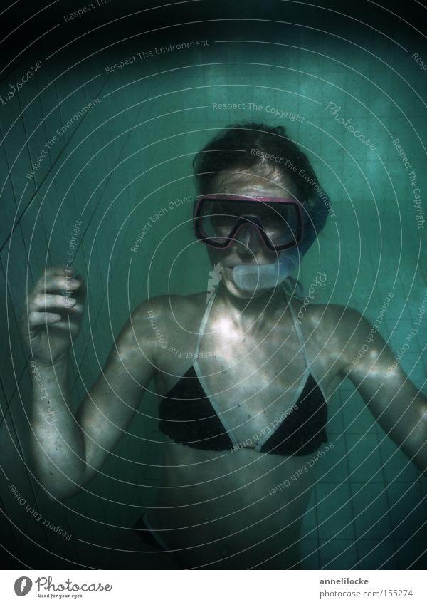 ein sauberer pool wäre schöner gewesen Schwimmbad dreckig trüb Wasser Frau Taucherbrille Tauchgerät Unterwasseraufnahme Ferien & Urlaub & Reisen Hotel tauchen