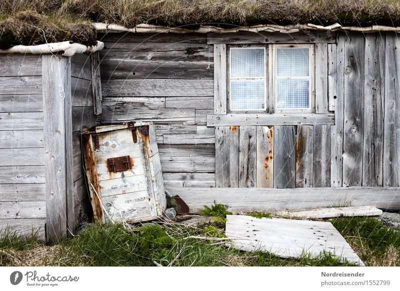 Fischerhütte Ferne Gras Fischerdorf Menschenleer Haus Hütte Bauwerk Gebäude Architektur Fassade Holz alt Häusliches Leben dunkel maritim grau grün Einsamkeit
